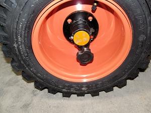 Устойчивость снегоуборщика на сложной поверхности обеспечивается колесами 16-ти дюймов с развитым протектором